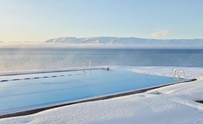 Piscina de agua termal en Hofsos, Islandia